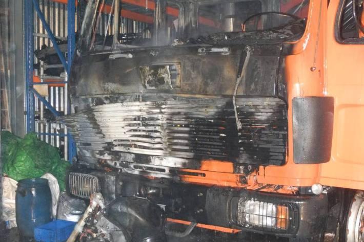 Beim gestrigen Brand in Reichenburg SZ wurde auch ein Lastwagen Opfer der Flammen.