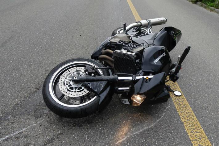 Der Motorradlenker musste ins Spital gebracht werden.