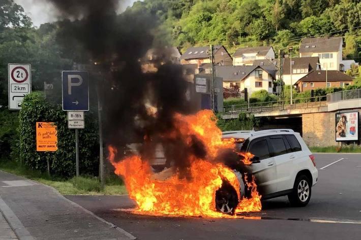 Das in Vollbrand stehende Fahrzeug konnte durch die Feuerwehr der Stadt Boppard gelöscht werden