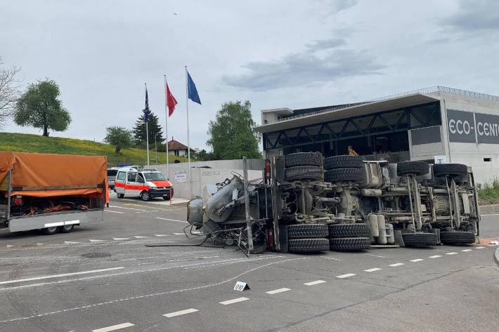 Lastwagenchauffeur bei Selbstunfall schwer verletzt