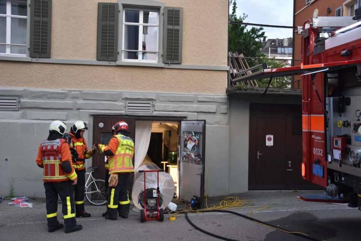 Ein 32-jähriger Mann, welcher sich im Keller aufhielt, musste in St.Gallen von der Rettung wegen Verdachts einer Rauchgasvergiftung ins Spital gebracht werden
