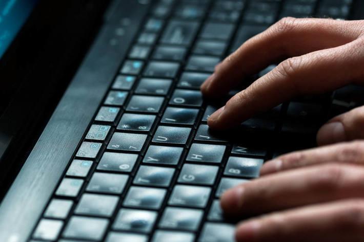 Mit der Einhaltung bestimmter Verhaltensregeln in Kombination mit technischen Vorkehrungen können die eigenen Daten vor Hacking-Angriffen geschützt werden