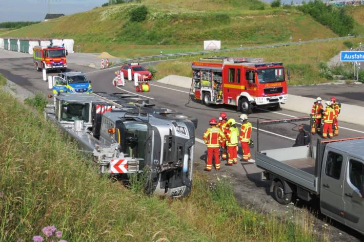 Kranwagen auf Autobahn A44 bei Heiligenhaus verunfallt