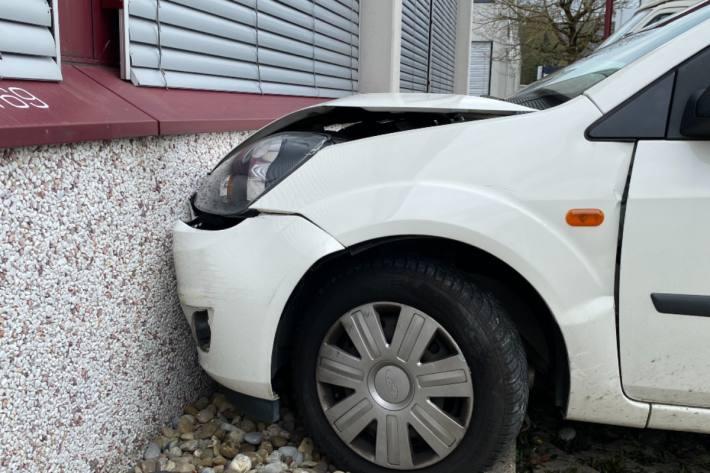 In Villmergen AG verwechselte gestern eine Lernfahrerin Gas- mit Bremspedal.