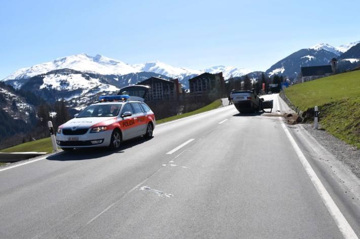 In Disentis GR kam gestern ein Auto auf dem Dach zum Stillstand.