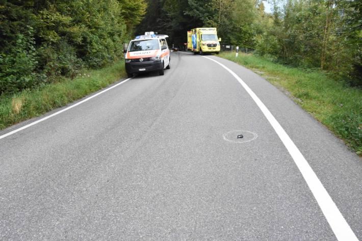 Der Rollerfahrer fiel eine 15 Meter tiefe bewaldete Böschung hinunter.