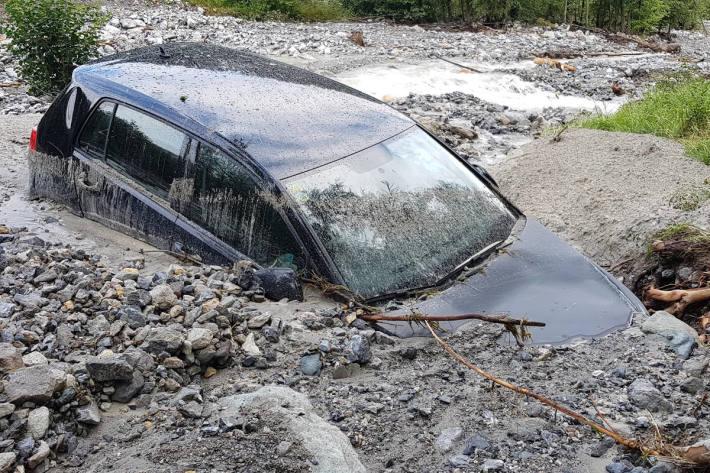 Fahrzeug von Murgang weggespült in Valchava