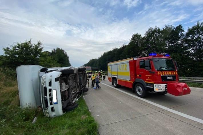 Wohnmobil kippt nach Reifenplatzer auf der A1 bei Harpstedt