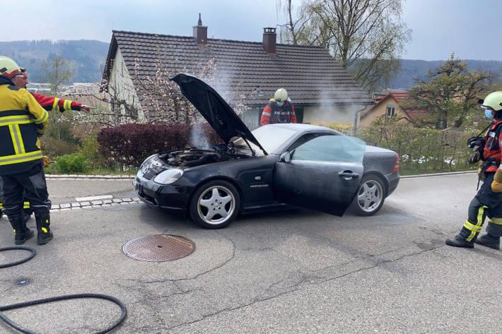 Löscharbeiten am brennenden Fahrzeug in Thayngen