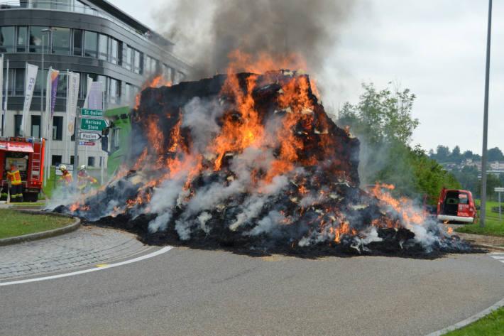 Der Lastwagen brannte aus.