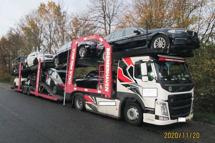Ein Beamter der Autobahnpolizei kontrollierte einen Autotransporter auf der BAB 27, welcher mit acht SUV und Oberklassewagen beladen war