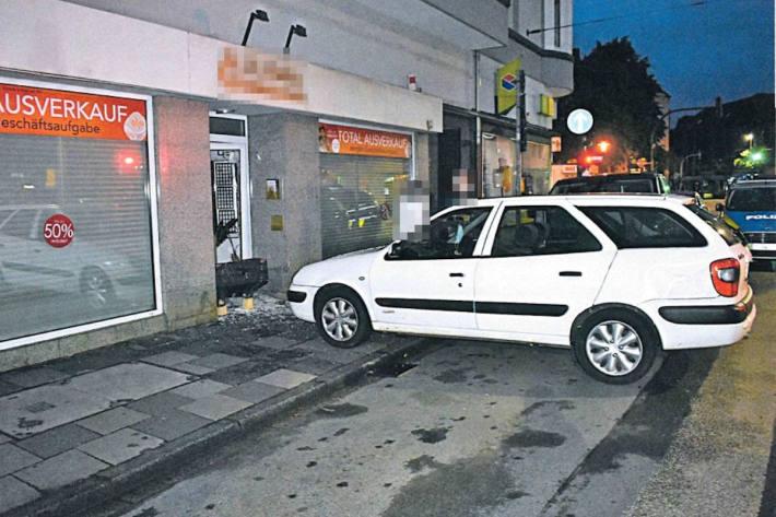 Polizei sucht Zeugen nach Einbruch in Juweliergeschäft - Täter machen hohe Beute