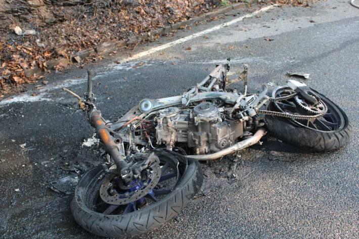 Der 17-jährige Zweiradfahrer stürzte, seine Maschine ging in Flammen auf