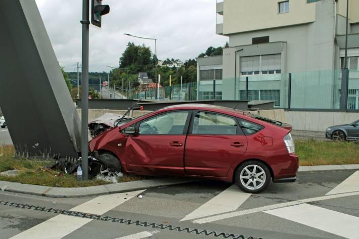 In Luzern ist gestern eine Autolenkerin an einer Stütze der Lichtsignalanlage verunfallt.