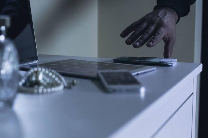 Einbrecherinnen und Einbrecher dringen meist tagsüber in Wohnungen und Einfamilienhäuser ein, wenn die Leute arbeiten und unterwegs sind