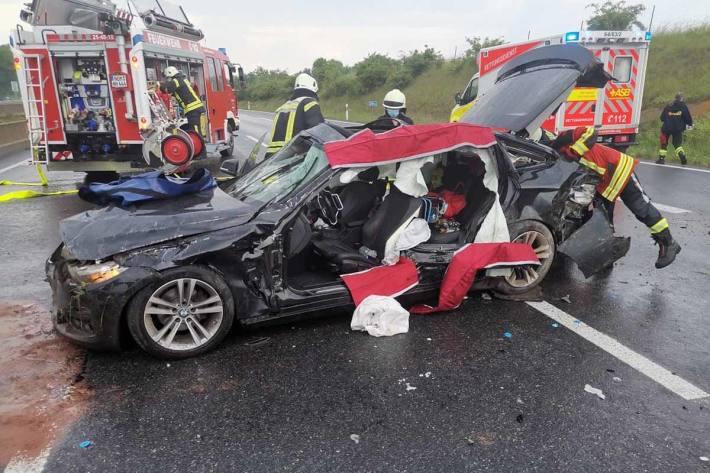 Der Fahrer wurde eingeklemmt und vermutlich schwer verletzt