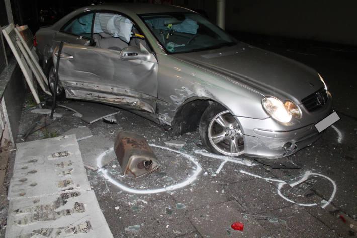 Auto landet in Schaufensterscheibe
