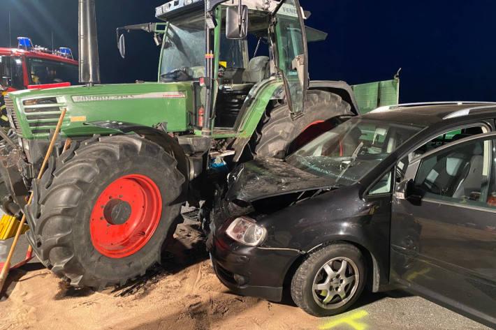 Drei Menschen bei PKW-Unfall mit Traktor verletzt in Bad Salzufflen