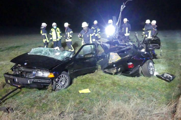 Auto bei Kollision mit Baum in zwei Teile zerrissen bei Wipperfürth