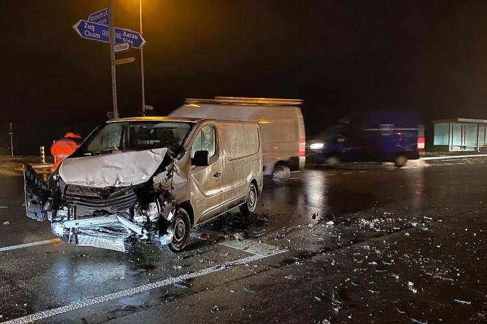 Zwei verletzte Personen und drei kaputte Fahrzeuge im Kanton Zug