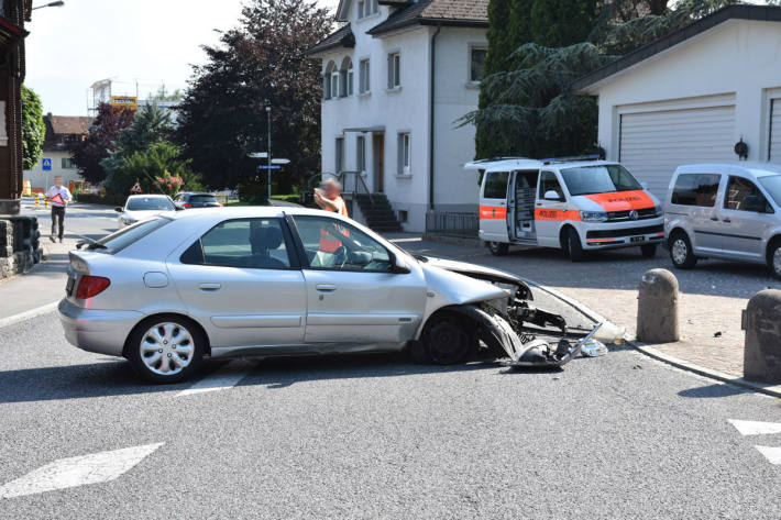 Der Autofahrer prallte in Eschen in einen Steinpoller.