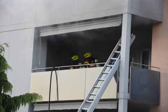 Löscharbeiten bei Brand auf Balkon in Diepoldsau