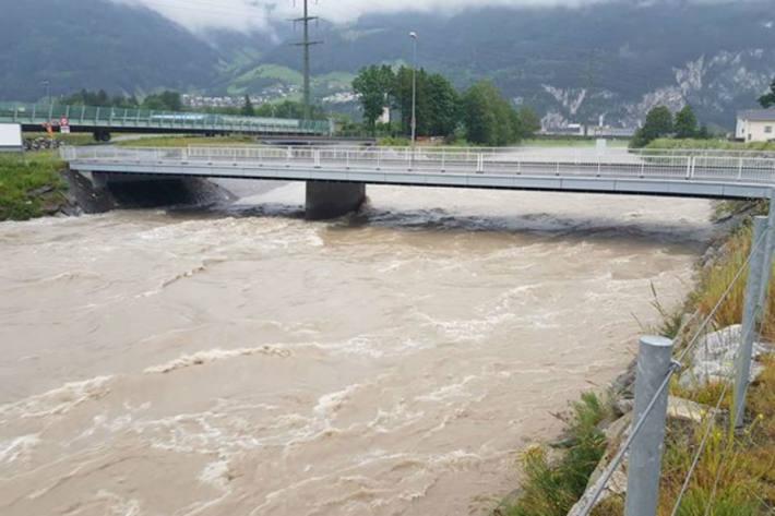 Die Reuss im Kanton Uri mit extrem viel Wasser.