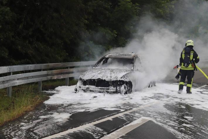 Der BMW brannte vollständig aus.