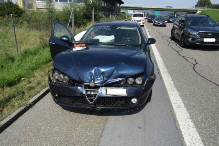 Auf der Autobahn A3 kollidierte ein Alfa Romeo ins Heck eines stehenden Fahrzeugs.