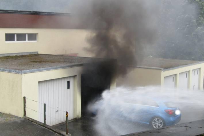 Gestern richtete ein Brand in Engi GL grossen Schaden in einer Garage an.