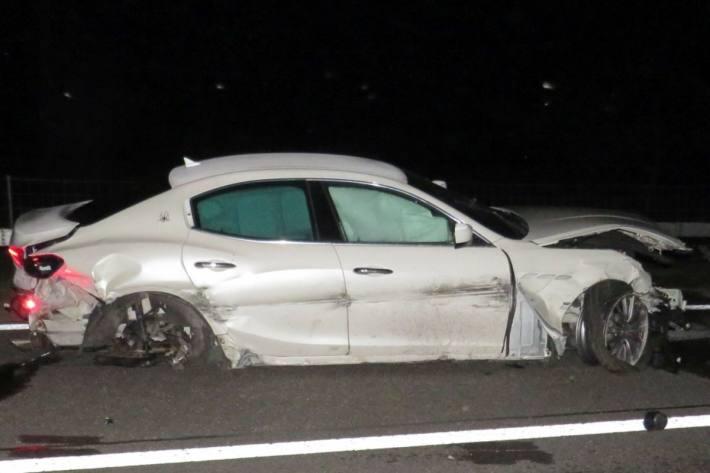Der Maserati wurde beim Selbstunfall auf der A3 bei Benken SG zerstört.