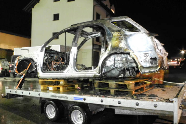 Ausgebranntes Fahrzeugwrack in Rothenthurm