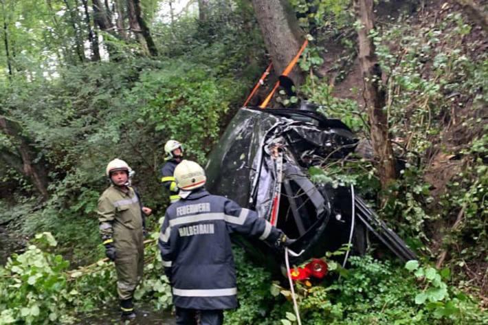 Das Fahrzeug fuhr über eine steile Böschung und kam in einem Bachbett zum Stillstand
