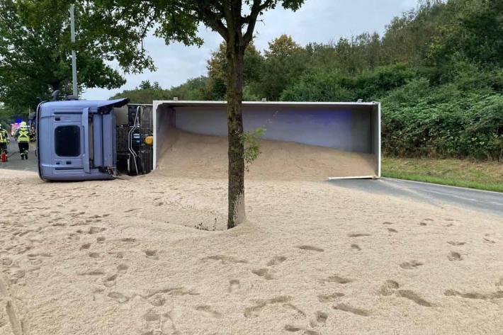 Ein mit Kies beladener Sattelzug war in Hünxe verunfallt