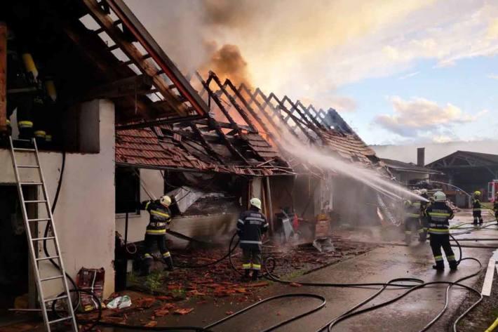 Insgesamt standen 14 Feuerwehren mit über 200 Kräften und 37 Fahrzeugen im Einsatz