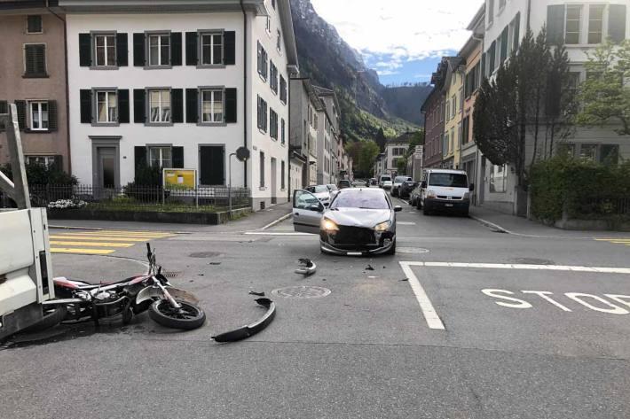 An den Fahrzeugen entstand in Glarus Sachschaden