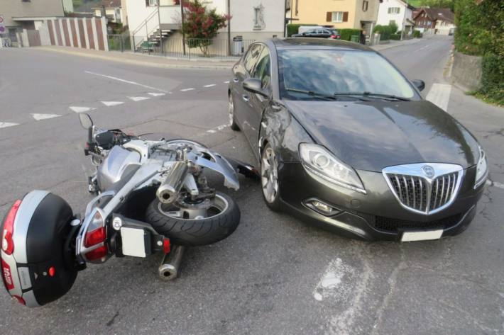 Der Motorradlenker wurde heute morgen in Oberurnen GL übersehen.