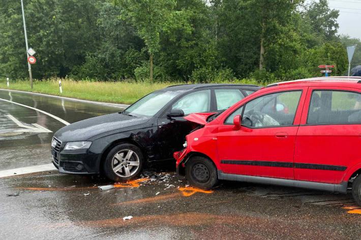 Zwei verletzte Personen nach Kollision in Hünenberg
