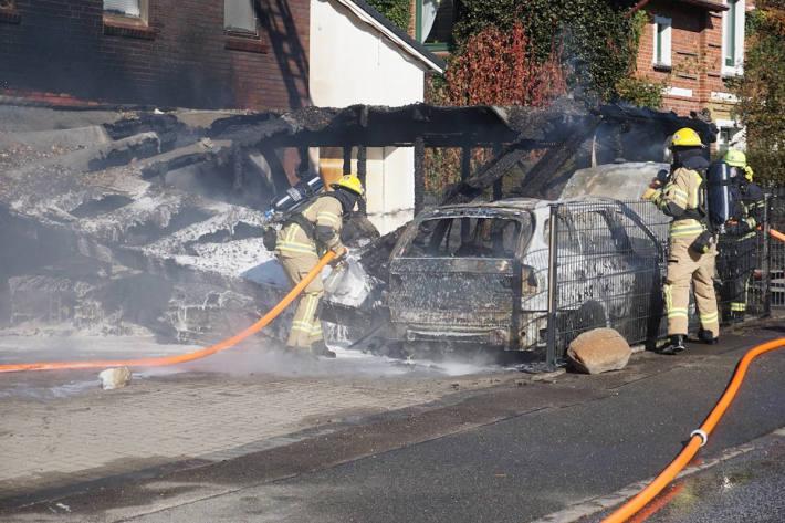 Brand einer Carportanlage mit mehreren Fahrzeugen