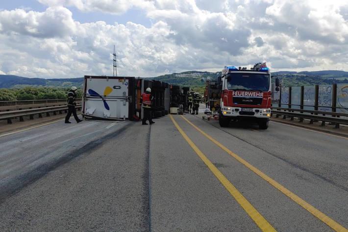LKW kippt um und blockiert alle Fahrspuren auf der A46a in Trier