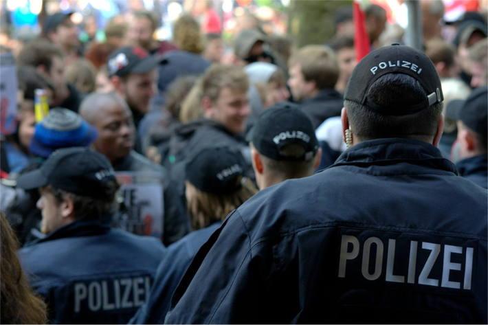Gegendemonstranten zur dort stattfindenden Versammlung einer wahlwerbenden Partei in Linz festgenommen (Symbolbild)