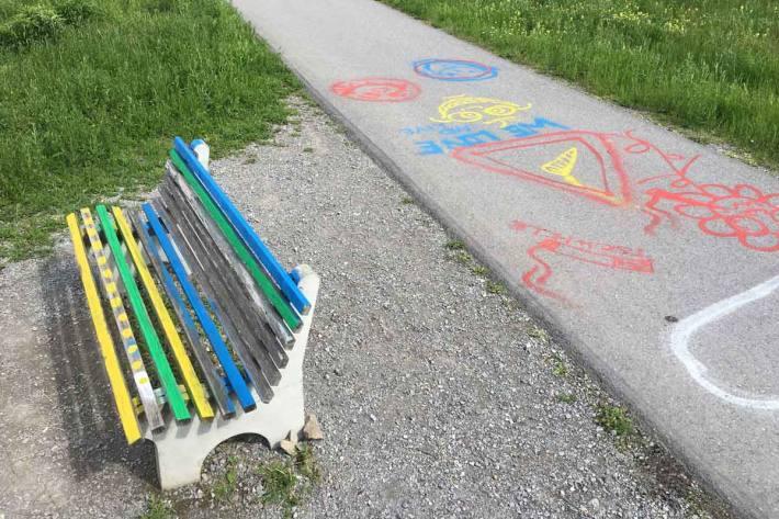 In Mauren wurden der Fuss- und Radweg sowie eine Sitzbank mit Farbe besprayt
