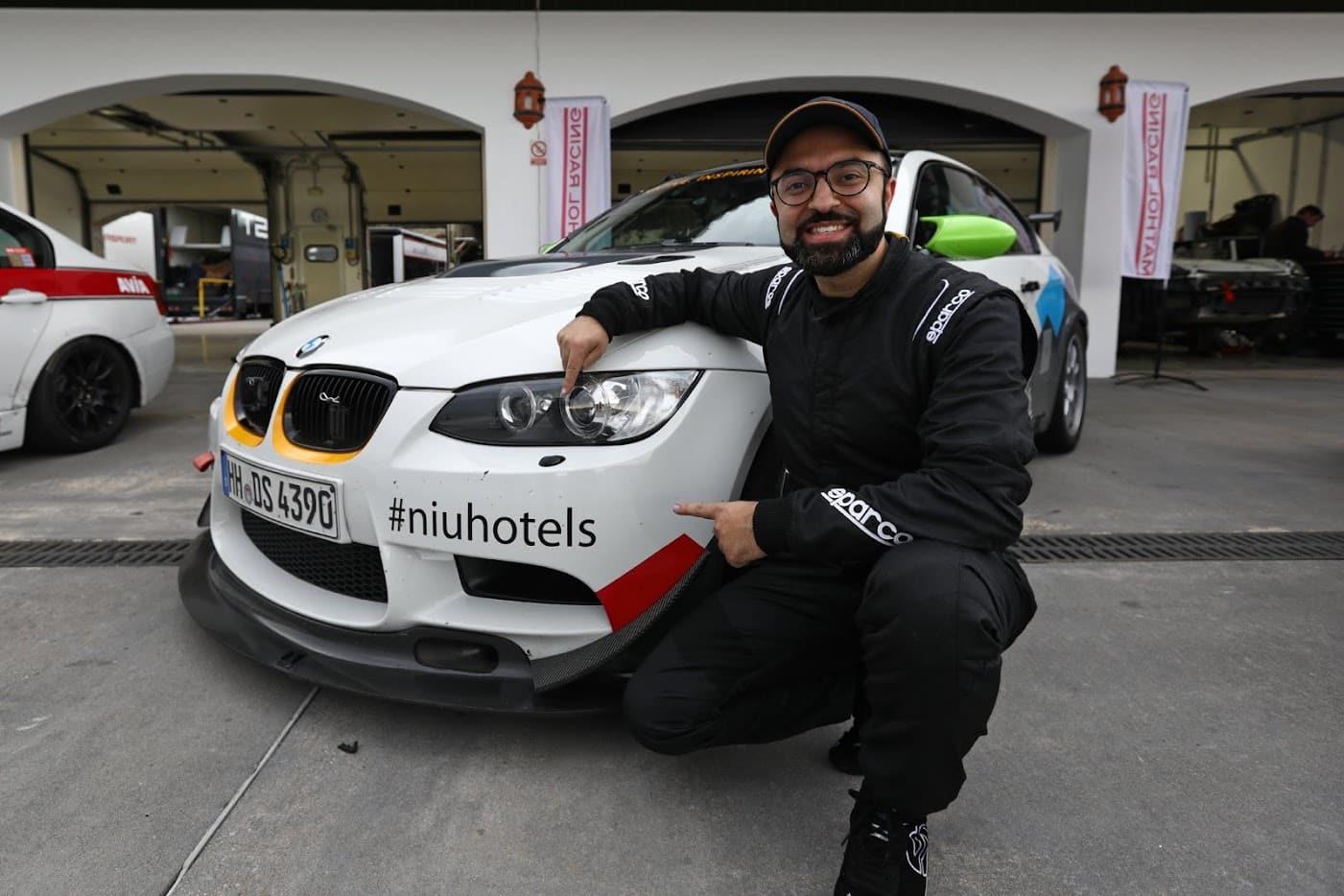 Welche Hotelkette hat schon einen CEO als Rennfahrer – niu Hotels mit eigenem Racing Car