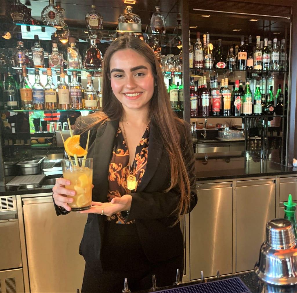 """Isabella Gmeiner, ehemalige Praktikantin des Asia Resort, und Schülerin der Tourismusschulen Semmering gewinnt mit ihrer Eigenkretation """"Eurasian"""" den ersten Platz beim Monin Cocktail-Schülercup 2020."""