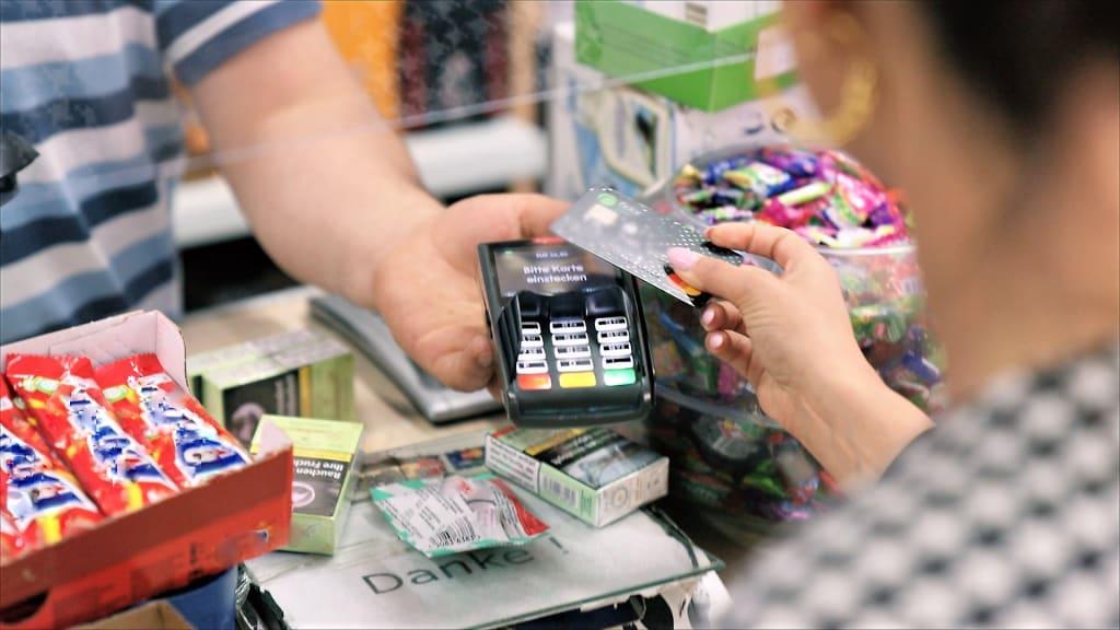 Immer häufiger: kontaktloses Zahlen per Kreditkarte auch am Kiosk (Foto: ZDF/Ulf Behrens)