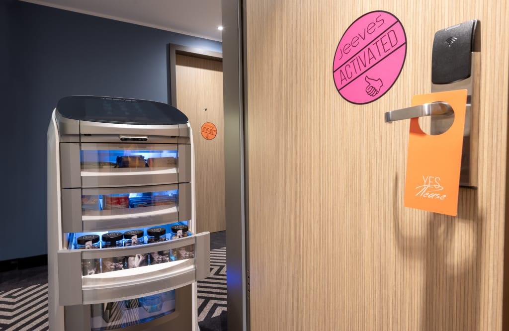"""Roboter-Butler """"Jeeves"""" serviert im Nyx Hotel München"""