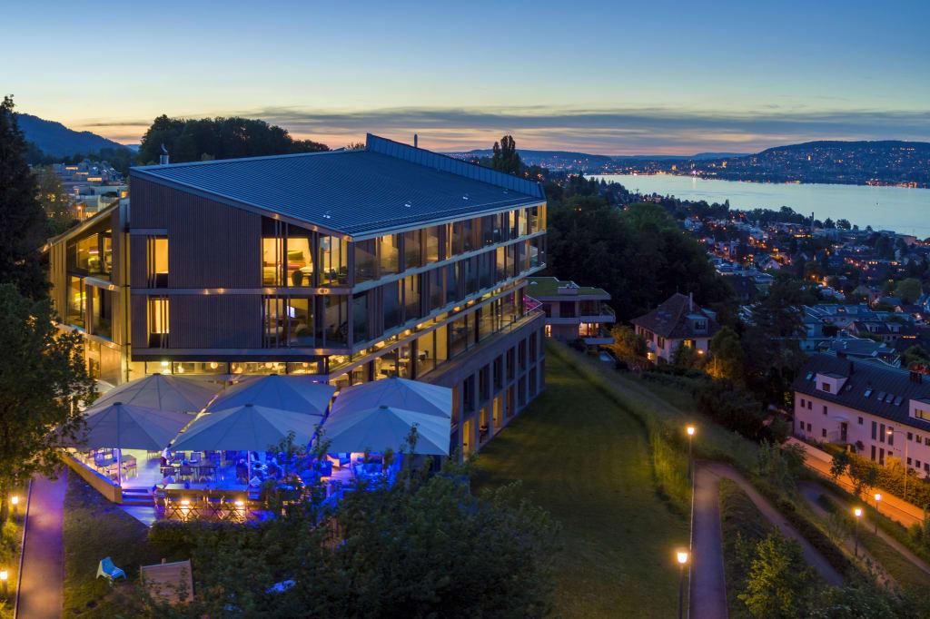 Premiere: Im Hotel Belvoir Rüschlikon schliesst der erste Hotel-Kommunikationsfachmann EFZ seine Lehre ab.