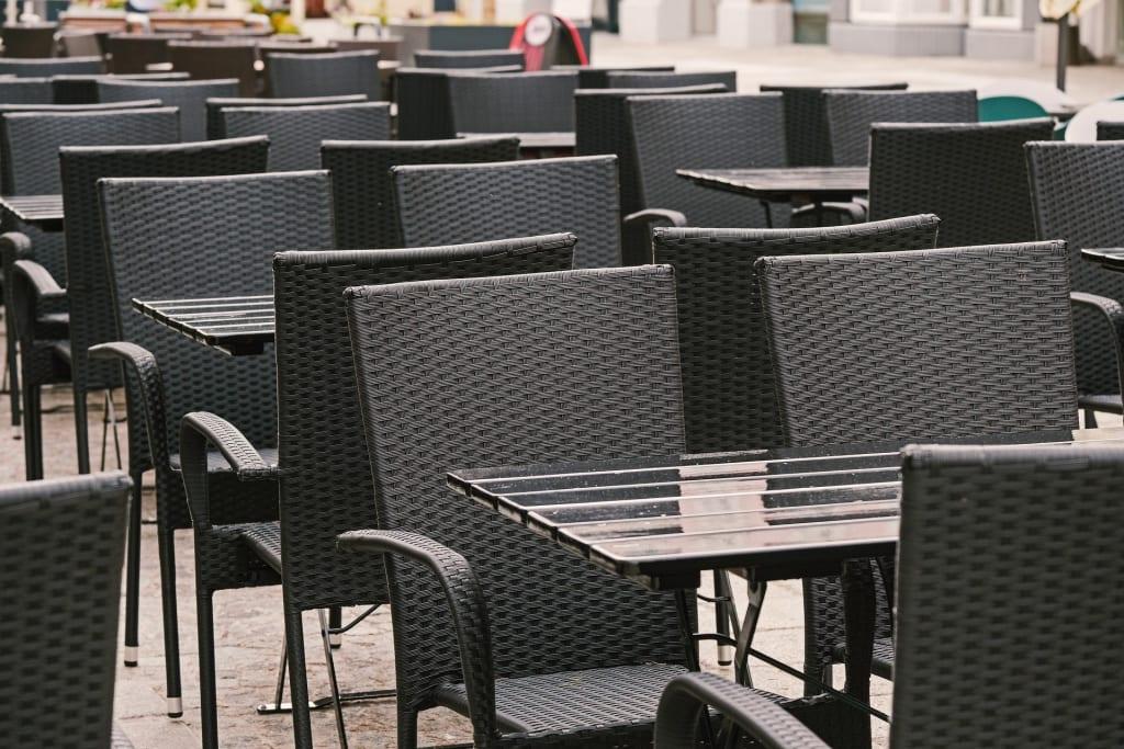 Leere Tische in der Gastronomie