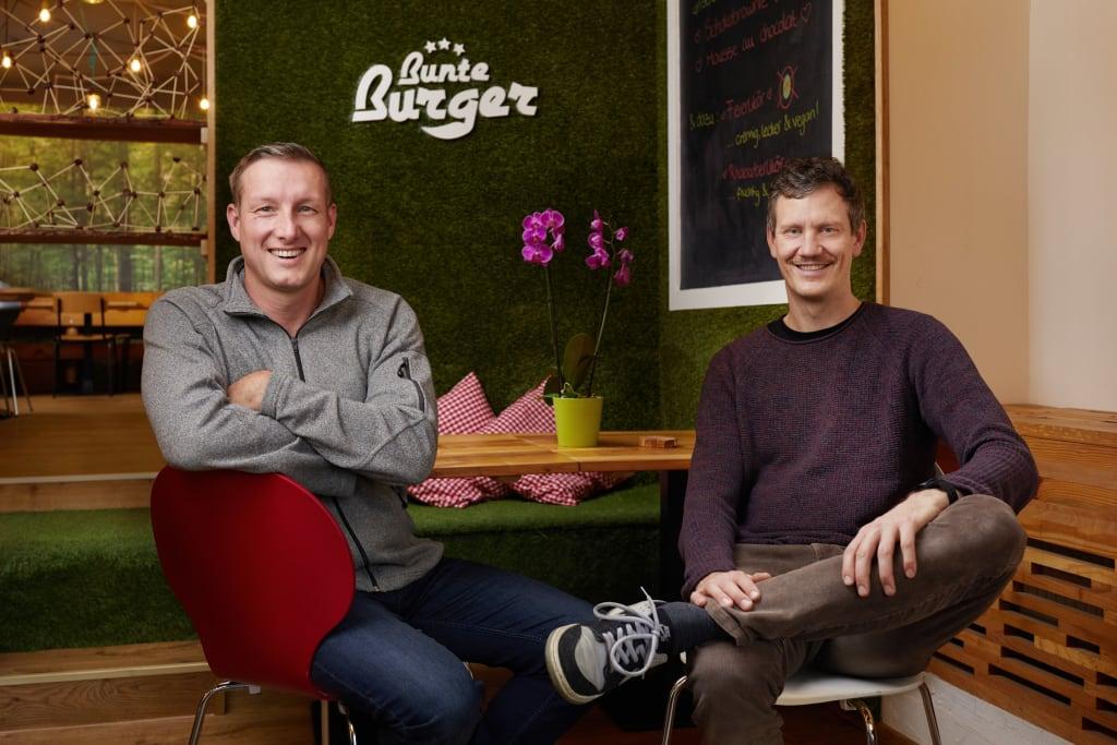 Auszeichnung für grünes Gastro-Konzept: Metro-Preis für nachhaltige Gastronomie 2020 geht an Bunte Burger / Ulrich Glemnitz und Dr. Mario Binder, Gründer & Geschäftsführer Bunte Burger (Foto: Metro Deutschland/Jan Voth)