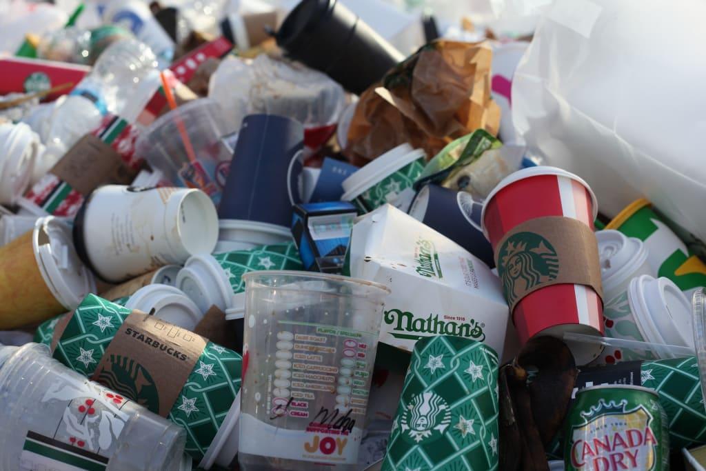 Einweg Coffee to go Becher auf dem Müll